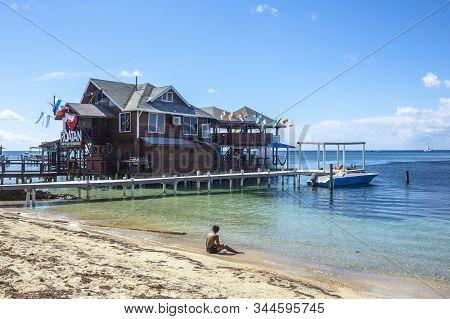 Roatán, Honduras »; Enero Del 2020: Una Construcción Sobre El Mar Caribe En La Playa De West End En