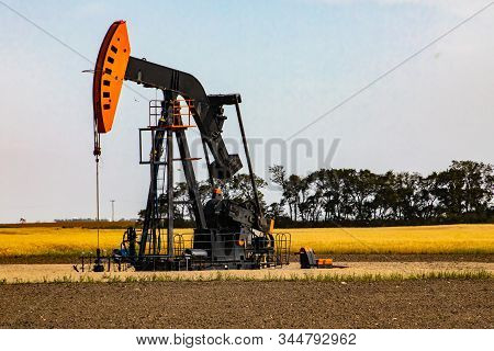 Onshore Oil, Gasoline And Petroleum Production And Mining. Co2 And Carbon Emission Pollution. Green