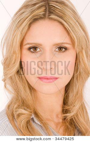 Ritratto di bella donna bionda