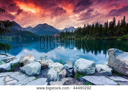 Bergsee im Nationalpark Hohe Tatra. Dramatische Overcrast Himmel. Strbske Pleso, Slowakei, Europa.