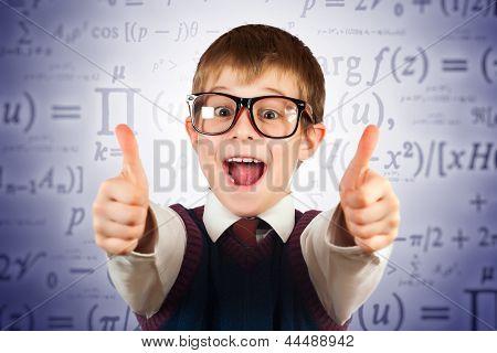 kleines Kind in Gläsern auf dem Hintergrund der Formeln