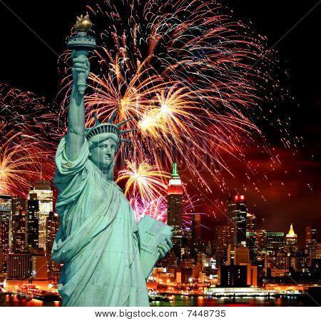 Статуя свободы и праздник фейерверков