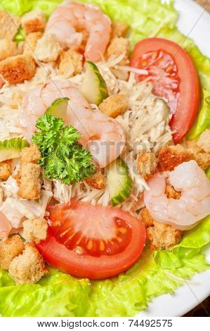 salad with shrimp, vegetables and crackers