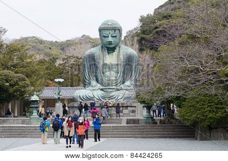 Tourists Are Looking At A Statue Of Great Buddha