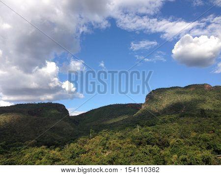 Uma ótima vista a céu aberto das montanhas de Goiás.