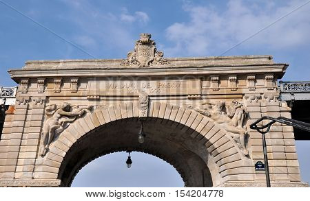 The central upper part in stone of the pont de Bir-Hakeim with the high reliefs formerly named Viaduc de Passy