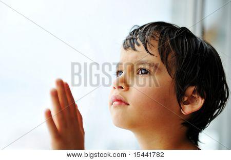 Kid auf Fenster warten