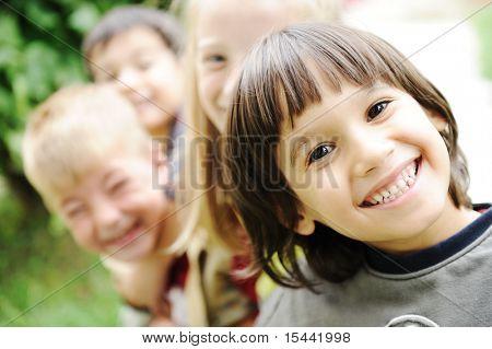 Fröhlichkeit ohne Begrenzung, glückliche Kinder zusammen draußen, Gesichter, lächelnd und sorglos