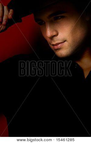junger Mann Portrait im Hut, Studioaufnahme