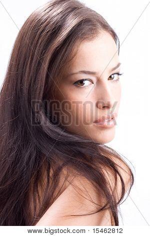 hermosa mujer mirar por encima del hombro, studio shot