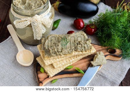 Gentle paste paste from the eggplant. Dietary dish. Put on a crisp low-calorie diet fitness bread. Vegan cuisine. For picnic.