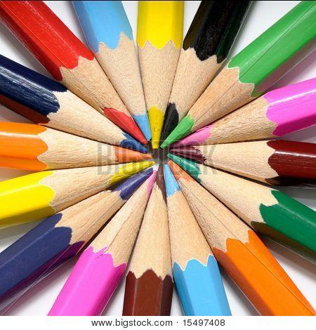 Lápices de color sobre un fondo blanco