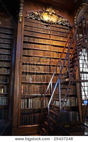 Staré barokní knihovny, police