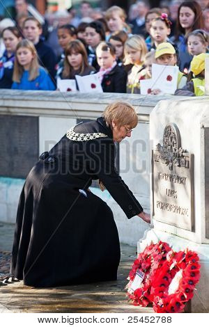 Dignitaries Armistice day wreath