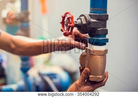Plumber Repair And Remove The Water Supply Pipe And Valve.
