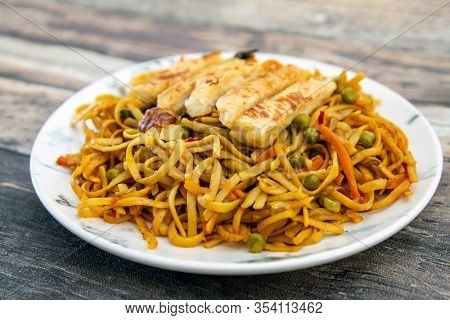 Vegetable noodles with chicken meat preparation