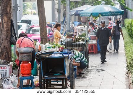 Bangkok, Thailand - September 20th 2009: Food Vendors Crowd A Pavement On Sukhumvit Road. Many Areas