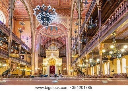 Budapest, Hungary - Juli 12, 2019: Visitors And Interior Of The Great Synagogue - Tabakgasse Synagog
