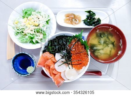 Sashimi Set Rice, Mixed Sashimi Don, Raw Salmon Fish ,shell ,salmon Eggs,seaweed,the Set Put On Tray