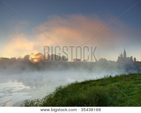 Sonnenaufgang über dem nebligen See