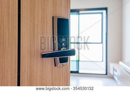 Hotel Or Apartment Bedroom Door Used Digital Door Lock For Access Control. Digital Door Lock Access