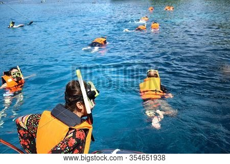 Chang Island Thailand-march 5,2020 : Thai Photo Of People Snorkeling In Tropical Waters. Scuba Divin