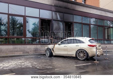 Kemerovo 2019-09-16 White Abandoned, Stolen City Car Infiniti Fx50s Burned Out, Suddenly Started Eng