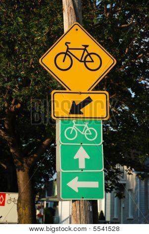 Señal de ruta de bicicleta en el lado de la calle