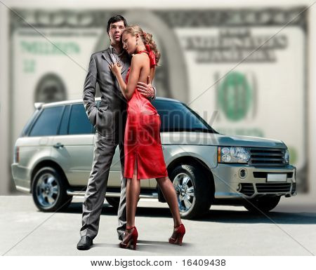 Junge schöne Paar Kulissen Auto, Geld.