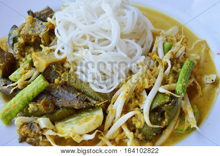 rice noodle with fish curry sauce and vegetable on plate