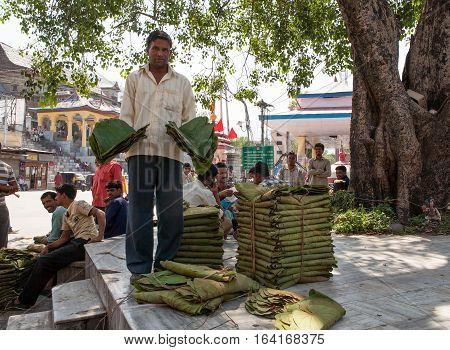 MANDI, INDIA. 4 Jun 2009:  Rural people daily lifestyle.  Hindu  Street vendor with banana leaves plates. Himachal Pradesh, India