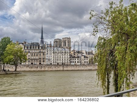 View from the right bank of the Seine to the island Cite waterfront Kors Notre Dame Cathedral and the waterfront aux Fleurs Paris .