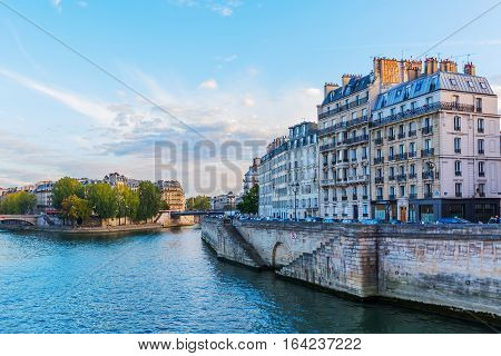 Ile De La Cite In Paris At Dusk