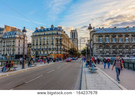 Ile De La Cite In Paris At Dusk