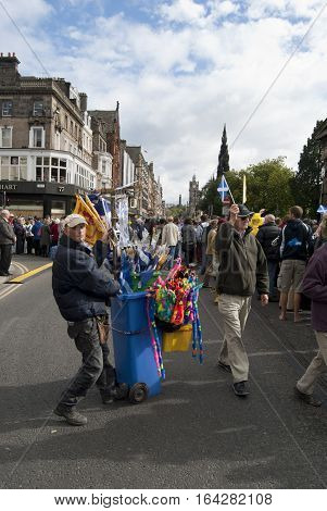 UK SCOTLAND Edinburgh -- 16 Sep 2010 -- Crowds wave papal flags and those of St Andrew during Pope Benedict XVI
