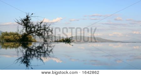 Himmel widerspiegelt in Schwimmbad Lake Manyara Tansania