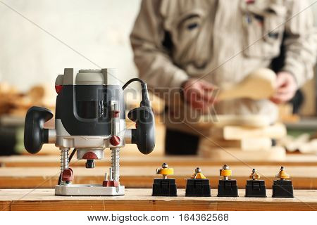 Carpenter and joiner router with a cutters