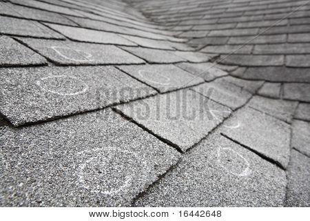 Alte Dach mit Hagelschlag, Kreide Kreise markieren den Schaden. Geringe Schärfentiefe