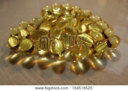 złociste kapsułki żelatynowe  z oleist