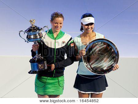 MELBOURNE - januari 29: 2011 Australian Open singlar mästaren Kim Clijsters i Belgien (L) med runn