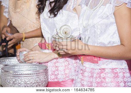 women hold conch in thai culture wedding