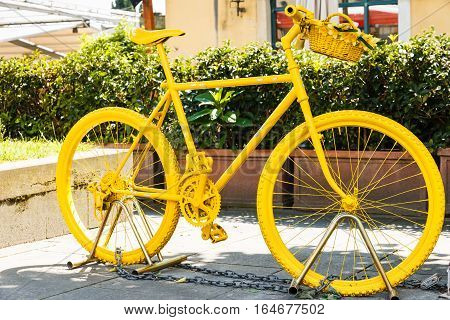 Fully yellow painted mountainbike on the streets