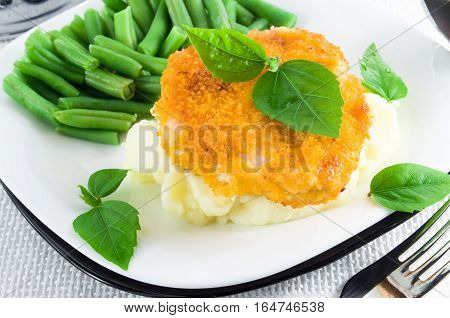 Nuggets Of Chicken, Mashed Potatoes And Green Beans