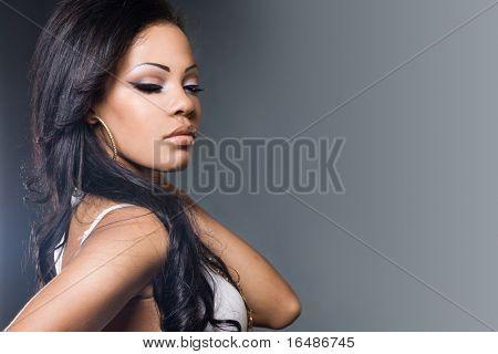 Sexy modische Mulatte Frau in ein t-shirt
