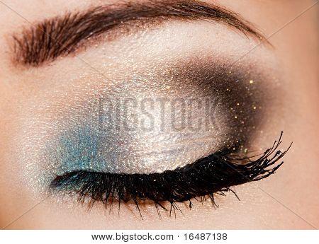 Nahaufnahme des schönen weibische Auges