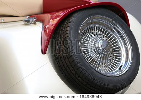 spare tire with chrome rim of an fabulous vintage car