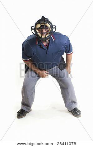 Árbitro de béisbol profesional sobre fondo blanco