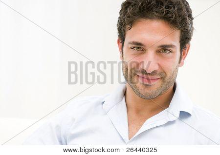close up of zufrieden lächelnd mann Blick in die Kamera zu Hause