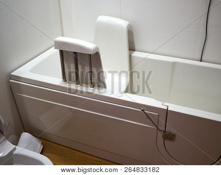 Handicapped Disabled Access Bathroom Bathtub With Electric Handles For People With Disabilities