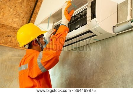 Technician Install Air Conditioning System At Home,air Conditioning Technician.